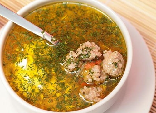 sup-s-frikadelkami-i-tomatom